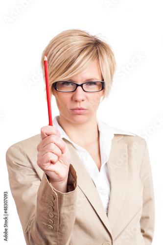 Frau mit ernstem Blick und Rotstift