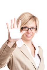 Geschäftsfrau hält leeren Zettel entgegen