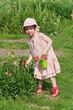 Mädchen auf einer Blumenwiese