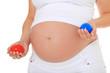 Schwangere Frau hält roten und blauen Ball