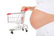 Schwangere Frau hält Einkaufswagen