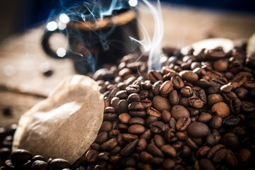 Kaffeepads mit Tasse, Bohnen und Rauch