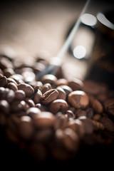 Kaffeebohnen mit Tasse und Rauch