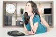 junge Frau zuhause am Telefon