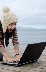 Divertindo se no portátil ao ar livre