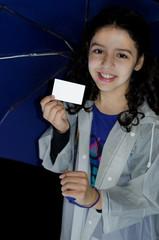 Criança com guarda-chuva mostrando cartão de apresentação