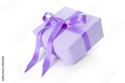 Violettes Geschenk isoliert