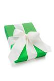 Grünes Geschenk mit weißer Schleife
