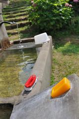 nécessaire à lessive sur une fontaine