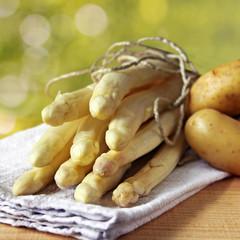 spargel und kartoffeln im frühling