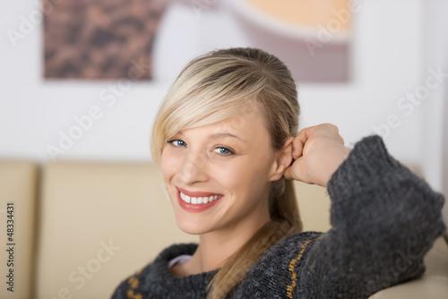 lächelnde frau im café