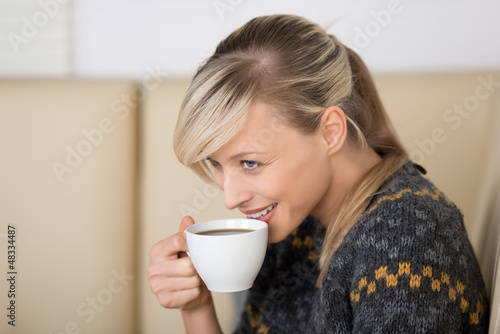 lächelnde frau mit kaffee