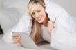 frau list mit e-reader im bett