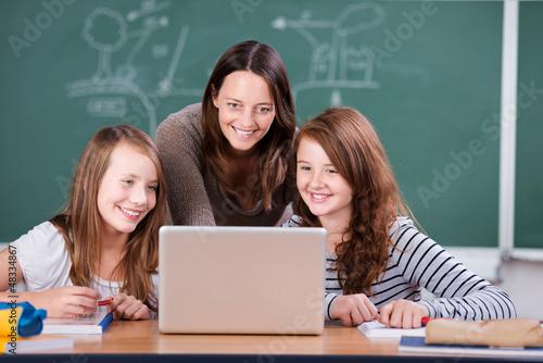 lehrerin erklärt etwas am laptop