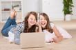 zwei freundinnen hören musik mit laptop