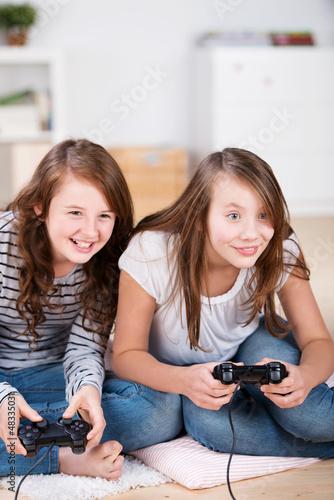 zwei mädchen spielen ein computerspiel