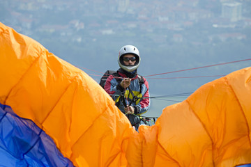 pilota di parapendio pronto al decollo