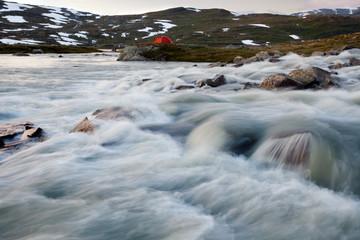 Fluß und Zelt