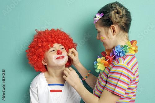 Kinder schminken sich zum Karneval