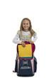 Schülerin mit einer Schultasche