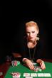 arrogante Frau lehnt sich über Pokertisch