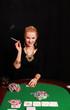 lachende Frau mit Zigarre spielt Poker