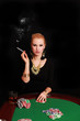 rauchende Frau spielt Poker