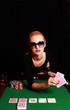 Frau mit Sonnenbrille spielt Poker