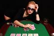 sexy Frau räkelt sich am Pokertisch