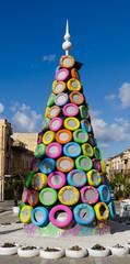 panoramica albero di natale costruito con pneumatici