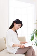 カタログを見る若い女性