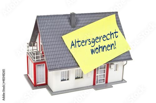 Haus mit Zettel und altersgerecht Wohnen - 48348265