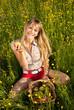 junge Frau mit Korb in der Blumenwiese