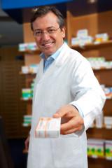 Apotheker mit Medikament in der Hand