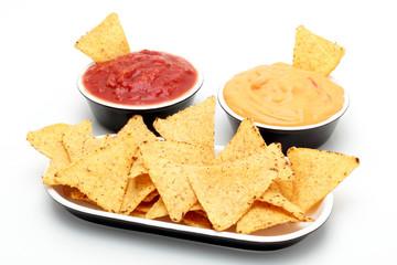 tortilla nachos con salsa piccante su sfondo bianco