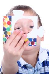 Kind mit Puzzleteil