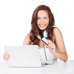 lächelnde frau kauft musik im internet