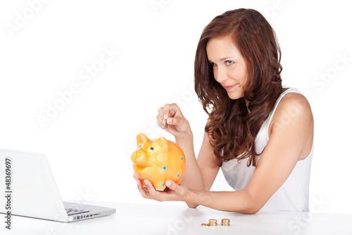 frau mit laptop und sparschwein