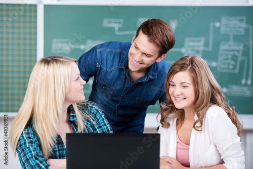 schüler arbeiten mit computer