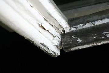 Abgeblättertes Holz von einem alten Fensterrahmen