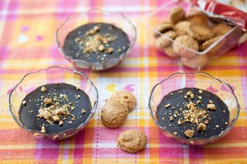 Budini al cioccolato con granella di amaretti