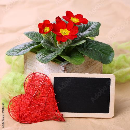 Blumendeko mit Herz und Textfreiraum