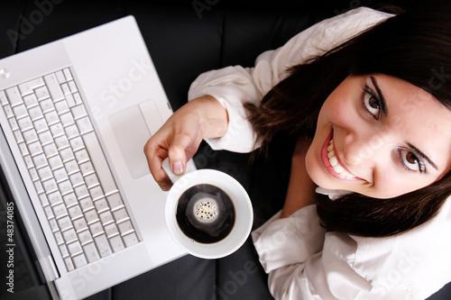 Chakra Frau mit Kaffee und Laptop