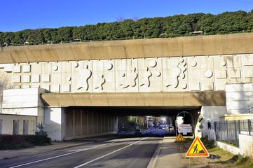 Pont autoroutier en ville