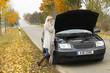 Frau ist ratlos bei Autopanne