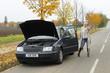 Frau gibt Handzeichen bei Motorschaden