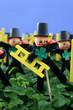 Schornsteinfeger mit Kleeblatt als Glueckssymbol