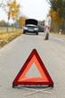 Warndreieck warnt vor Hindernis Fahrzeug auf der Straße
