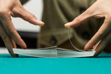 Manos de mujer mezclando, barajando las cartas.