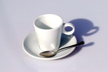TAZA DE CAFÉ VACÍA, AISLADA. EN FONDO BLANCO